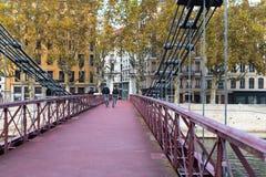 在桥梁的自行车车手 免版税库存照片