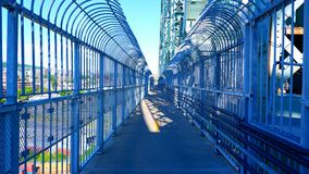 在桥梁的自行车道路 免版税库存图片