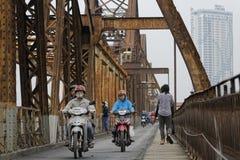在桥梁的自行车 免版税库存照片