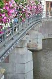 在桥梁的花在阿姆斯特丹 免版税库存照片