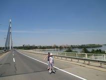 在桥梁的轮子 免版税库存照片