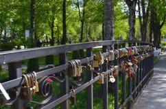 在桥梁的锁 免版税库存照片