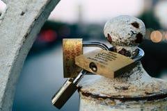 在桥梁的锁 图库摄影