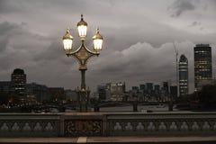 在桥梁的闪亮指示 免版税图库摄影