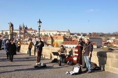 在桥梁的音乐家小组 免版税库存照片