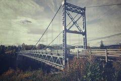 在桥梁的飞碟 免版税库存图片
