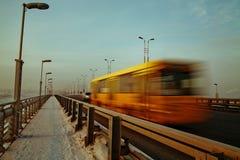 在桥梁的黄色公共汽车 库存照片