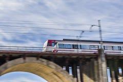 在桥梁的移动的火车 库存照片
