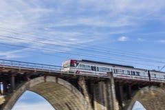 在桥梁的移动的火车 库存图片