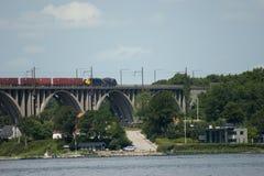 在桥梁的货车 免版税图库摄影