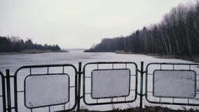 在桥梁篱芭后的河,在切尔诺贝利中,Pripyat,乌克兰 影视素材