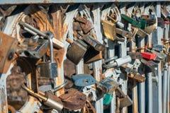在桥梁篱芭的锁  免版税库存照片