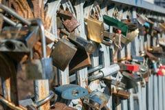 在桥梁篱芭的锁  库存图片