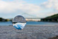 在桥梁背景的玻璃透明球和 库存图片