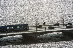 在桥梁苏黎世的电车汽车 库存图片