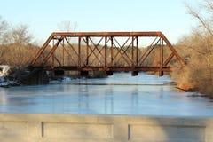 在桥梁距离展望期舒展跟踪的铁路铁路之外 免版税库存照片