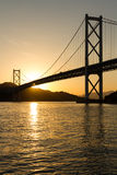 在桥梁连接的海岛的日落 库存图片
