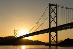 在桥梁连接的海岛的日落 免版税库存照片