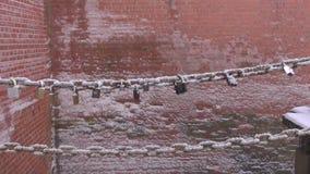在桥梁链子的恋人锁在冬天 股票视频
