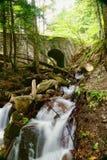 在桥梁附近的小河 库存图片