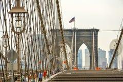 在桥梁顶部的布鲁克林大桥纽约,曼哈顿边 库存图片