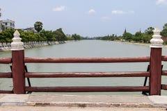 在桥梁,曼德勒,缅甸的木栏杆 库存照片