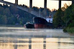 在桥梁,秋天的小船 图库摄影