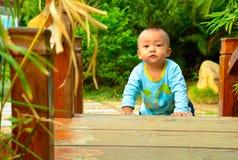 在桥梁(亚洲,中国,汉语)的一个儿童游戏 库存图片