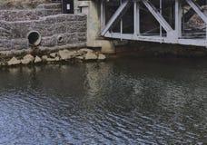 在桥梁3081旁边排水管 免版税库存照片
