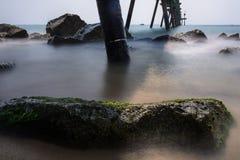 在桥梁` s阴影旁边的光亮的岩石 库存图片