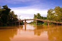 在桥梁klong mae河间 库存图片