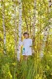 在桦树中的小女孩 库存照片