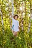 在桦树中的小女孩 库存图片