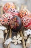 在桦树分支的自创手工制造被绘的复活节彩蛋在灰色木盘子,传统hnadcraft鸡蛋,白花 库存照片
