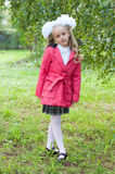 在桦树森林里打扮的女小学生 免版税图库摄影
