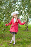 在桦树森林里打扮的女小学生 库存图片