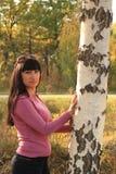 在桦树附近的哀伤的妇女 图库摄影