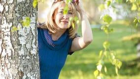 在桦树附近的女孩在公园 影视素材