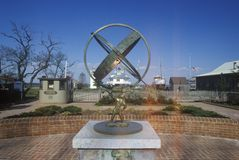在桶匠海峡灯塔前面的雕塑在唐基尔声音的,圣的Michaels切塞皮克湾海博物馆桶匠海峡, 免版税库存图片