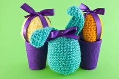 被编织的鸡蛋和兔子 免版税库存照片