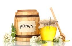 在桶和瓶子的甜蜂蜜与金合欢开花 免版税库存图片