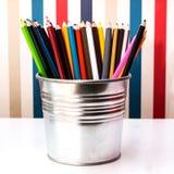 在桶的五颜六色的铅笔在与截去的部分的白色 免版税库存图片