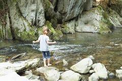 在桶的瀑布的旁边女孩在丛林地带de Irati的 免版税库存照片