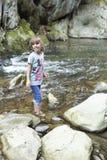 在桶的瀑布的旁边女孩在丛林地带de Irati的 免版税图库摄影