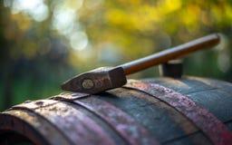 在桶的葡萄酒酿造锤子 库存照片