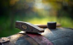 在桶的葡萄酒酿造锤子 免版税库存照片