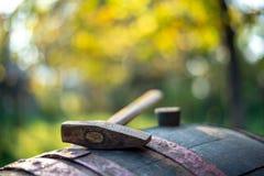 在桶的葡萄酒酿造锤子 免版税图库摄影