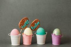 在桶的颜色鸡蛋 背景愉快的复活节 免版税库存照片