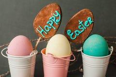 在桶的颜色鸡蛋 背景愉快的复活节 库存照片