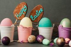 在桶的颜色鸡蛋 背景愉快的复活节 免版税库存图片
